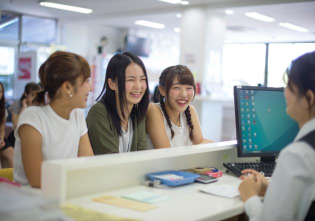 受付カウンターでスタッフと生徒が気軽にコミュニケーションをとることができます