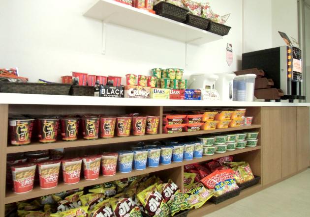 ドリンクバー、軽食やお菓子などの品揃えが並ぶ商品棚